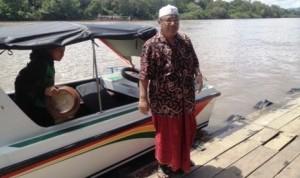 Pengasuh Pondok Pesantren Assalam Arya Kemuning KH Arief Heri Setyawan turun dari longboat menuju Kampung Lutan.
