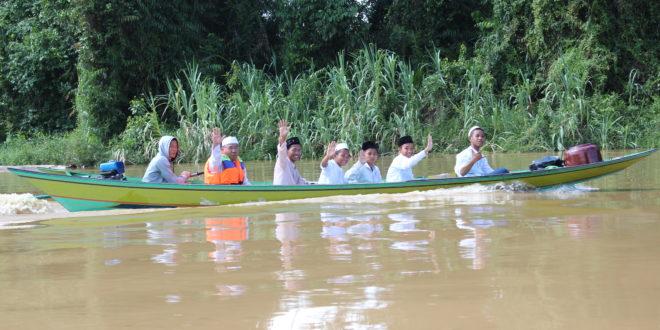 Menyibak Gelap Hutan Kalimantan dengan Cahaya Islam